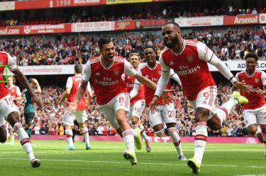 arsenal celebrating after a goal